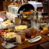 Geräucherter Lachs, Schlosshonig, selbstgemachte Fruchtaufstriche, Fruchtpürres und Gemüse